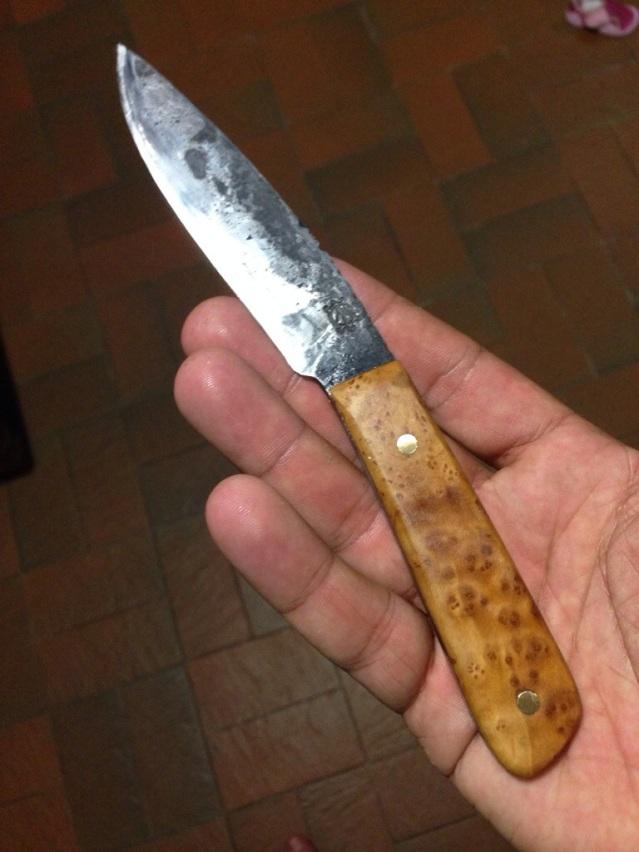 couteau d'office forgé a la main trempe selective manche en loupe d'olivier